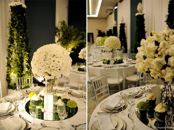 decoracao branca casamento:com alguns detalhes rosa claro e taças douradas
