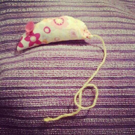 juguete para gatos hecho a mano con forma de ratón