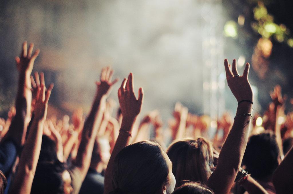 Wzniesione ręce na spotkaniu modlitewnym