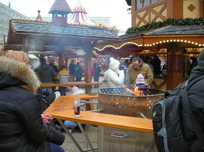 Mercadillo navideño en Alexander Platz, Berlin, Alemania, round the world, La vuelta al mundo de Asun y Ricardo, mundoporlibre.com