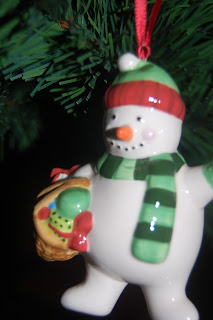 Snowman bauble giving.