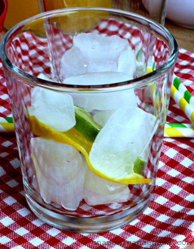 Vaso con hielo para servir refresco de mandarina.