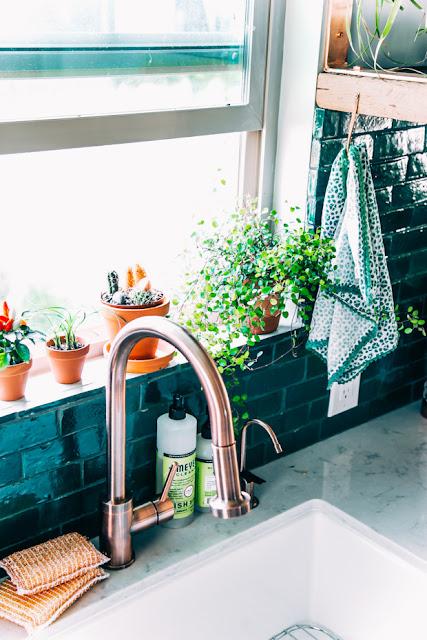 Kupfer und Flaschengrün zur weißen IKEA Küche – perfekte Einrichtung zum Kochen und Backen, Essen und Leben!