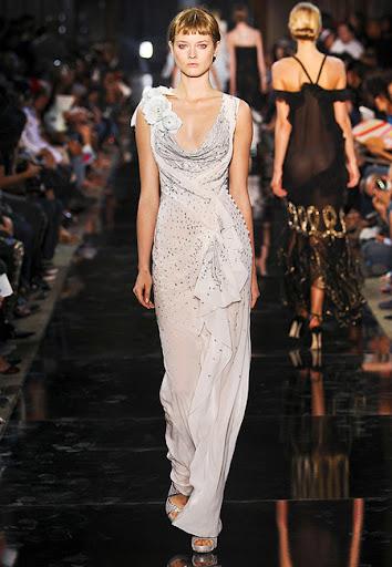 Дълга рокля с драпирано деколте на John Galliano