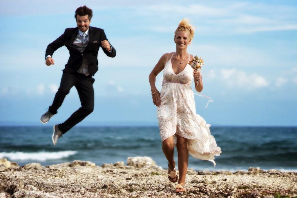 Le marié saute en dansant une gigue.