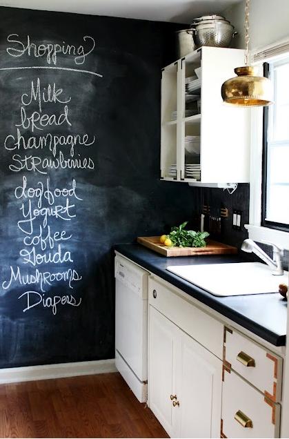 avere una cucina bianca e piano di lavoro di un marmo nero, pareti ...