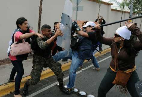 Manifestantes-enfrentan-protesta-periodi