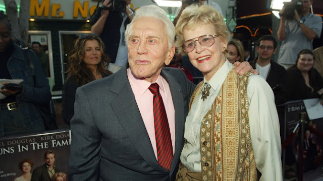 Diana Douglas Webster mãe de Michael Douglas morre aos 92 anos