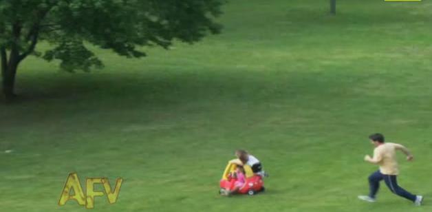 Pai ativa o modo super-herói para salvar meninas de acidente
