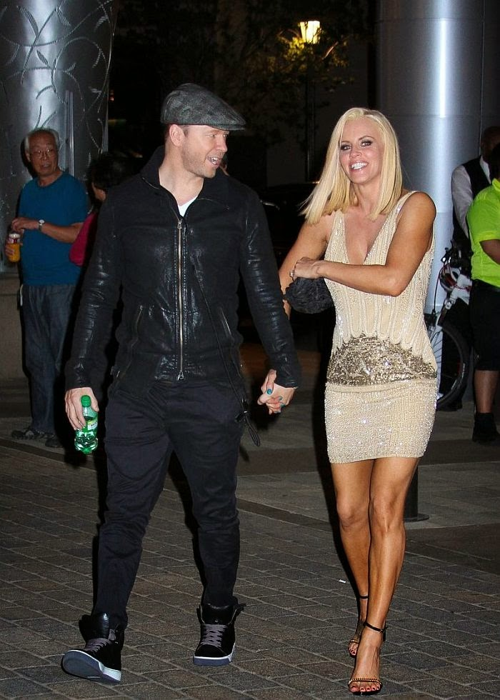 Jenny Mccarthy Goes Lovely In A Cream Dress On Stroll With Husband