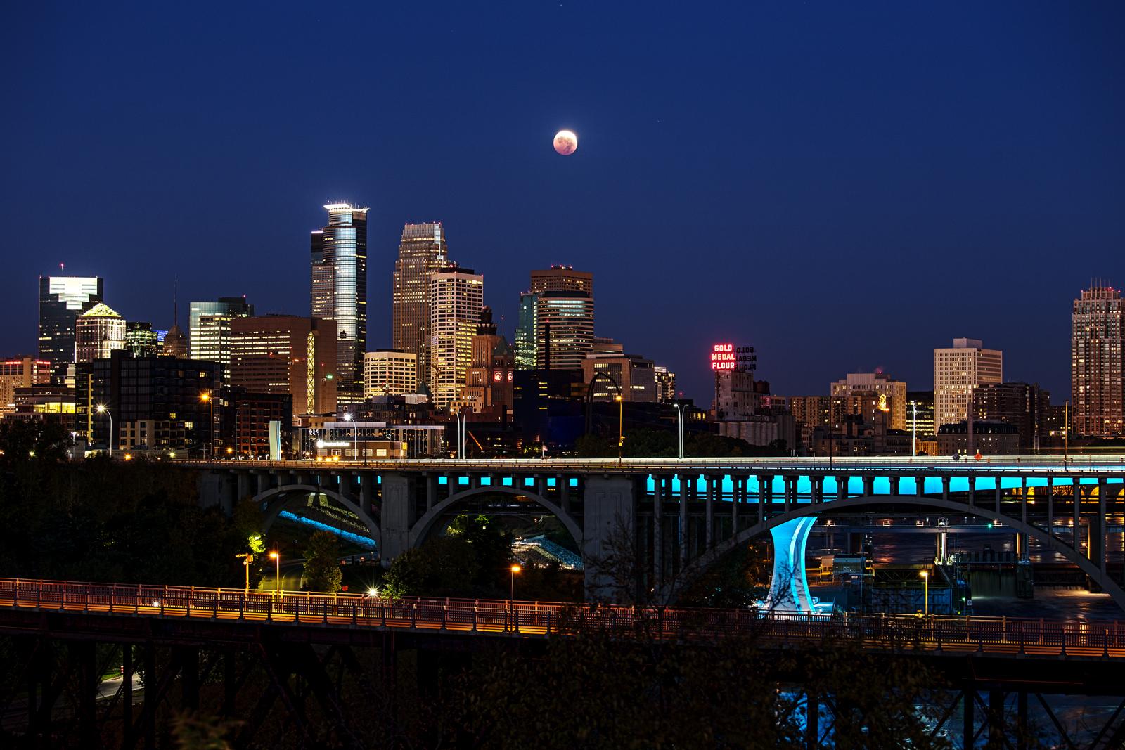 Nguyệt thực trên bầu trời thành phố Minneapolis, hạt Hennepin, bang Minnesota, nước Mỹ. Tác giả : Chris Lundberg.