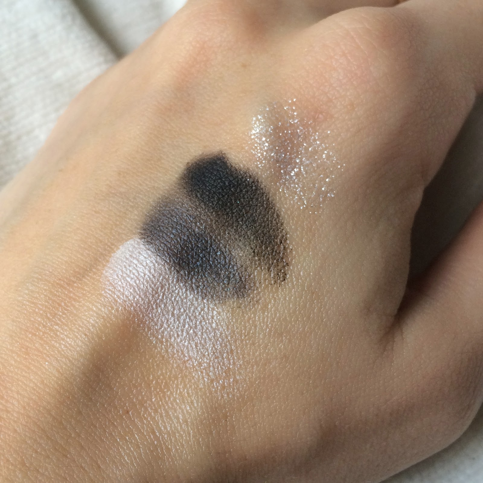 Bourjois-Quad-Smoky-Stories-eyeshadow-grey-and-night-swatch