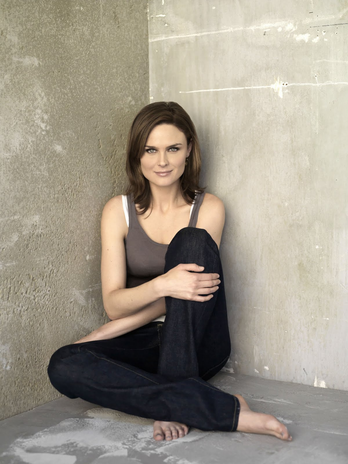 http://1.bp.blogspot.com/-ZgaqW7y48rU/TmOSWyCTkYI/AAAAAAAAAy8/ShelAPaM854/s1600/bones_tv_series_emily_deschanel_green_eye_desktop_background_beautifull_www.Vvallpaper.net.jpg