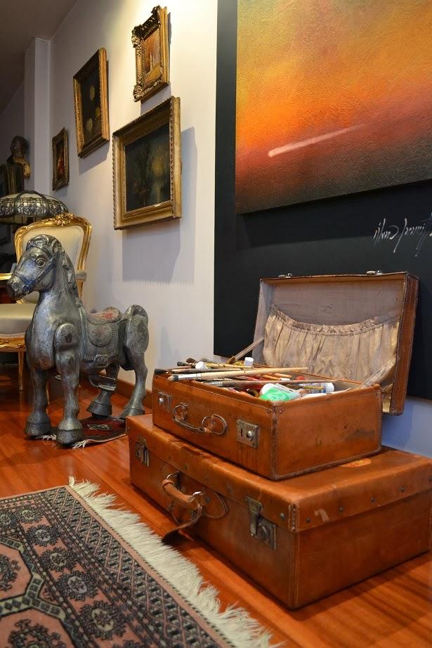maletin antiguo con cosas de pintor