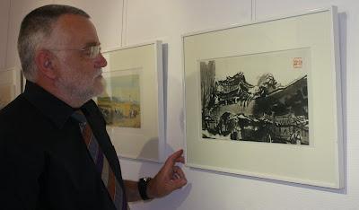 Werner Menzel vor einerder monochromen Arbeiten des Künstlers