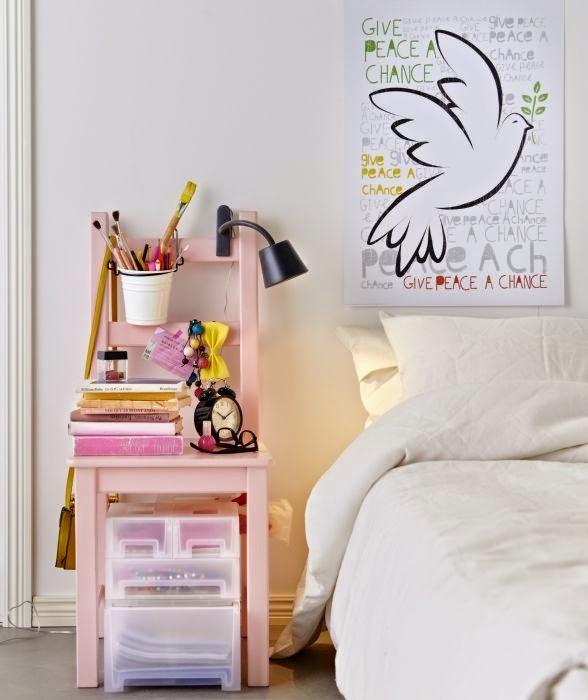 silla rosa de madera mesita noche