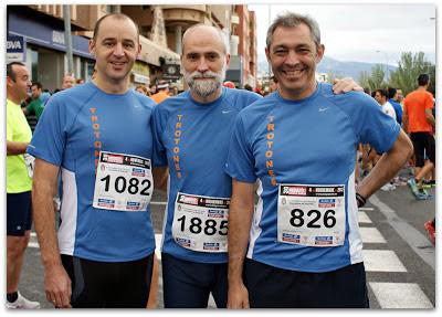 Tres trotones en la salida del Medio Maratón de Granada