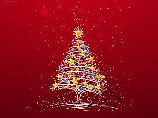Árbol de navidad decorado con estrellas de colores