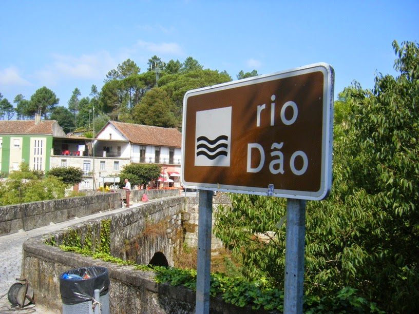 Placa indicativa do Rio Dão