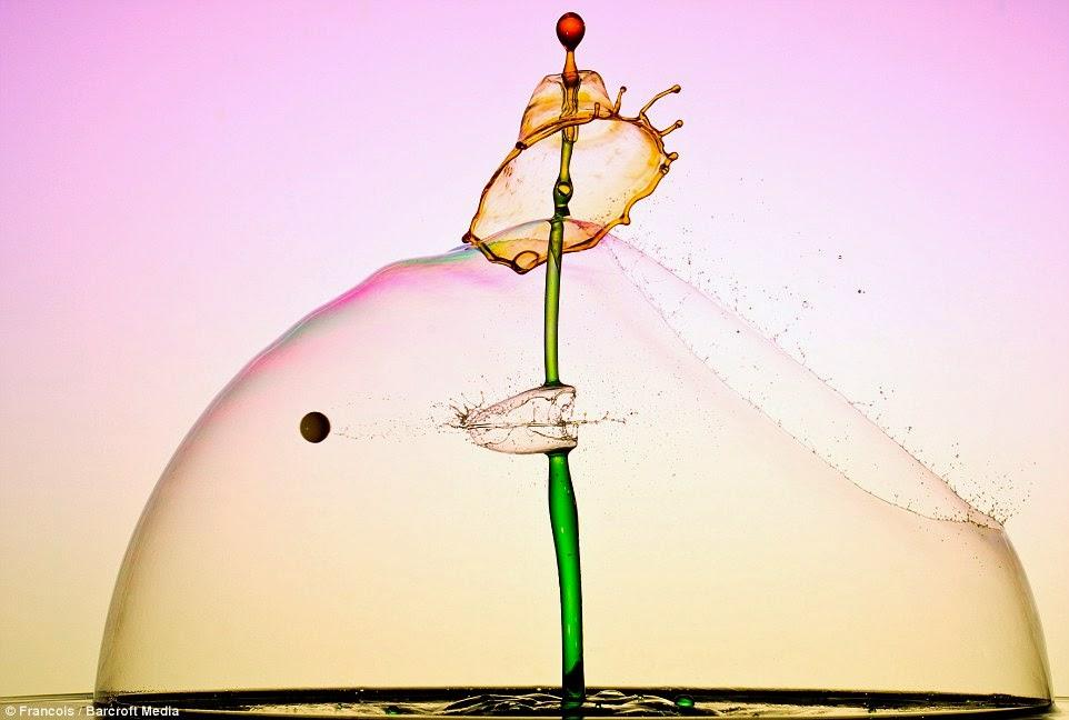 صورة قطرة ماء تخترقها رصاصة