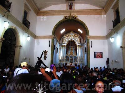 Igreja matriz lotada de devotos na Festa de Nosso Senhor dos Passos.