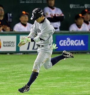 3安打目となる左前適時打を放った亀沢は一塁へ向かう途中に手をたたく(撮影・松本俊)
