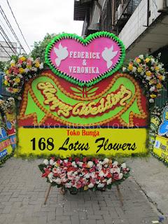 Bunga Papan Happy Wedding Ucapan Selamat, florist di jakarta, karangan bunga papan pernikahan, toko bunga jakarta, toko bunga online