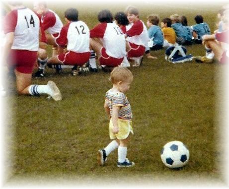 Photo b b joue au foot b b et d coration chambre - Fille joue au foot ...