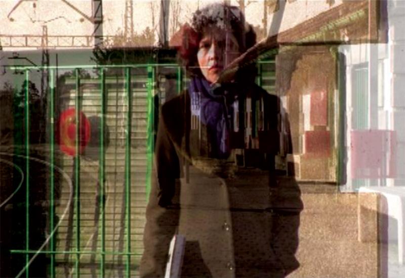 fotograma con Cristina Marsillac y una estación de tren sobreimpresionada