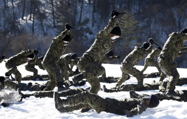 Membros do Comando de Guerra Especial da Coréia do Sul em treinamento