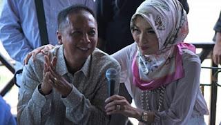 Arzeti Bilbina (kanan) bersama sang suami (kiri) dalam jumpa pers 28 Oktober 2015
