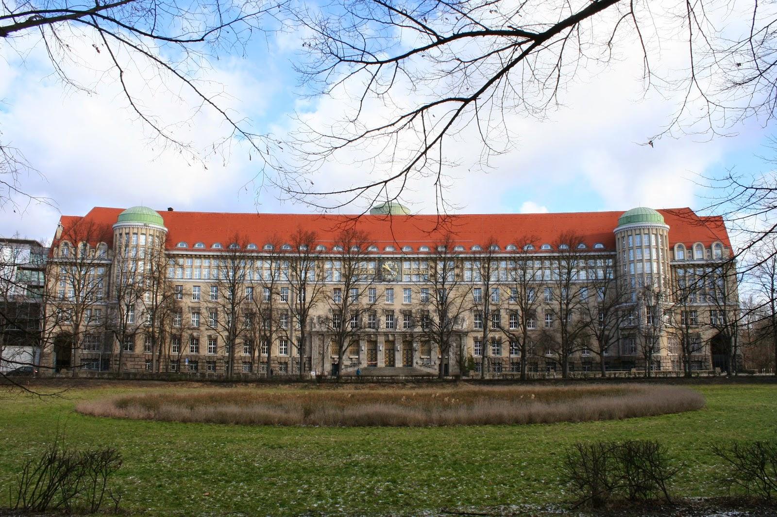 Die Deutsche Bücherei in Leipzig, Deutscher Platz 1, war eine Vorgängereinrichtung der Deutschen Nationalbibliothek und ist heute Teil derselben