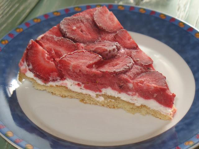 Dos versiones de tarta de nata con fresas