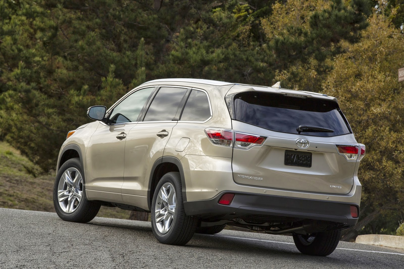 Rear 3/4 view of 2014 Toyota Highlander Hybrid