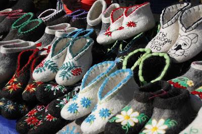 Zapatillas en mercadillo de Omsk, transiberiano 2015