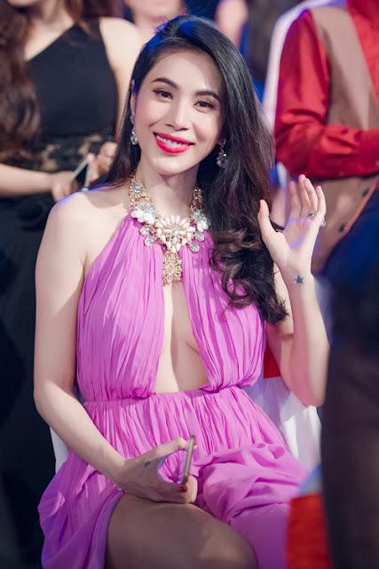 Tối 6/9, Thủy Tiên có mặt tại Hà Nội để tham gia một sự kiện. Cô chọn bộ váy cắt khoét táo bạo, khoe vòng một và đôi chân.