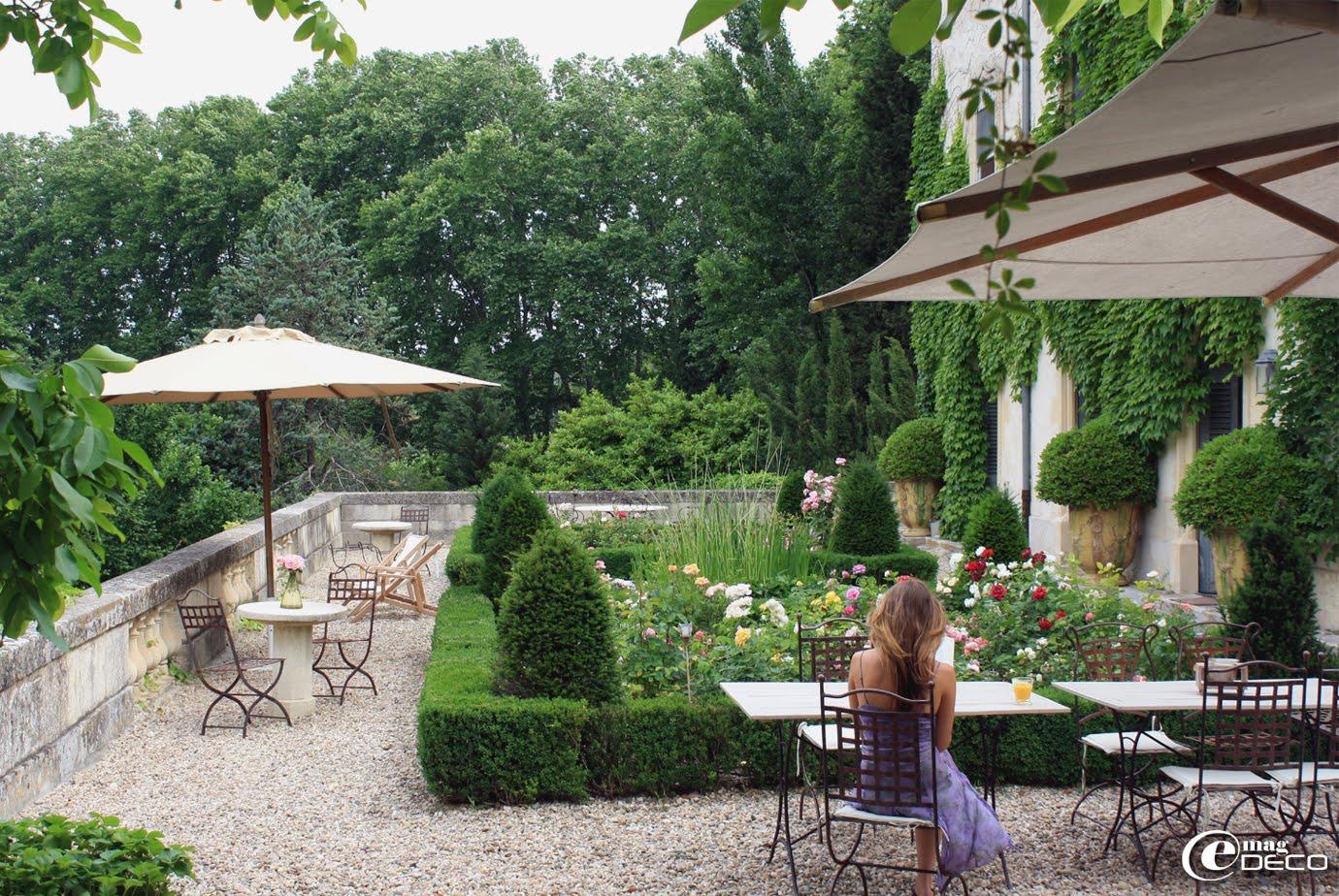 La terrasse du château de Christin, de part sa situation élevée permet de jouir de la vue sur les jardins