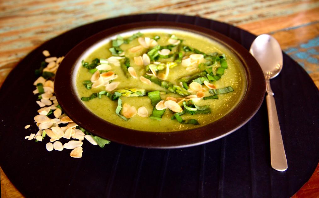 Teller Kartoffel Brokkoli Suppe mit grünem Spargel und Mandeln