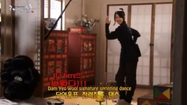 Suzy nhảy nhót mua vui cho ''tình địch'' 2