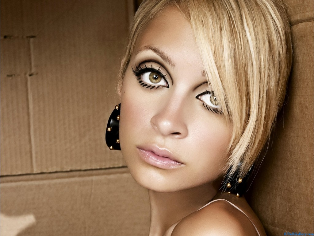 http://1.bp.blogspot.com/-ZmOvzDwsyms/UG8XoL66WyI/AAAAAAAAAD8/YRdRQjG6n04/s1600/Nicole-Richie-Photo-Biography.jpg