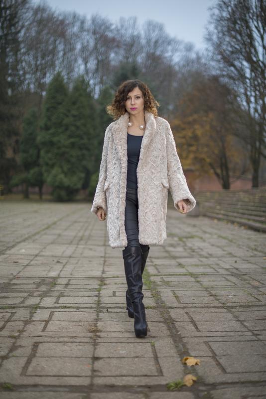 jasny futrzany płaszcz H&M