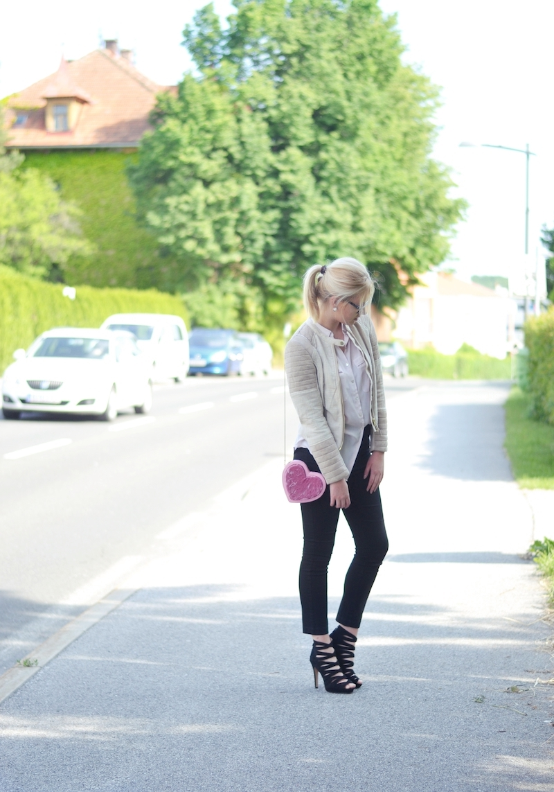 Schickes_Outfit_schwarze_elegante_7/8_Hose_Riemchen_High_Heels_Chiffon_Bluse_herzförmige_Tasche_ViktoriaSarina