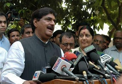 Munde-Sushma meeting, BJP, Political, Political News Headlines, political news, national news, social political, world political, india political, politics news, current political, politics today, india politics, indian political, social politics, politics science, current politics