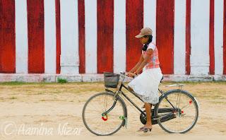 http://1.bp.blogspot.com/-Zn8cUJa-UAs/TbQCrZJvZKI/AAAAAAAAA2I/srnJhkPxlHo/s1600/Bicycle+Girl.jpg
