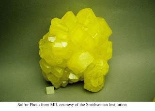 Sampel sulfur rombik merupakan alotrop paling stabil dari sulfur.