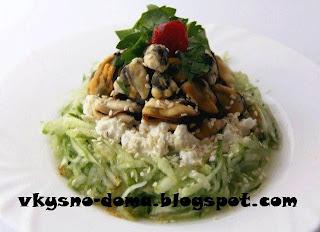 Салат с мидиями и сыром фета