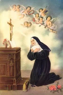 La santa con habito, arrodillada ante un crucifijo y con coro de angeles sobre ella