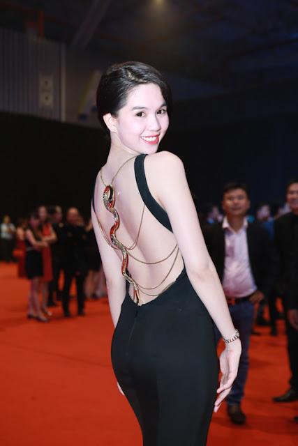 Những mẫu váy với khoảng hở lớn phía sau lưng luôn gắn liền với hình ảnh của Ngọc Trinh.