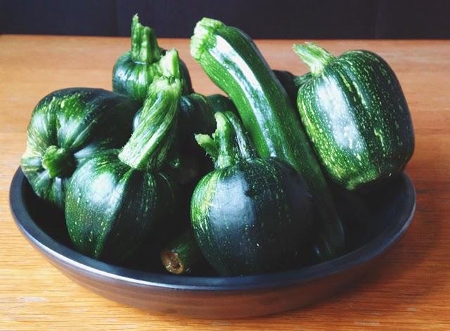 die kunst den alltag zu feiern zucchini aus dem garten wer soll das blo alles essen. Black Bedroom Furniture Sets. Home Design Ideas