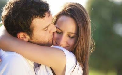 كيف تدفعين زوجك إلى تقبيلك من دون أن تطلبي منه ذلك ,رجل يقبل يبوس زوجته حبيبته امرأة,man kiss woman girlfriend